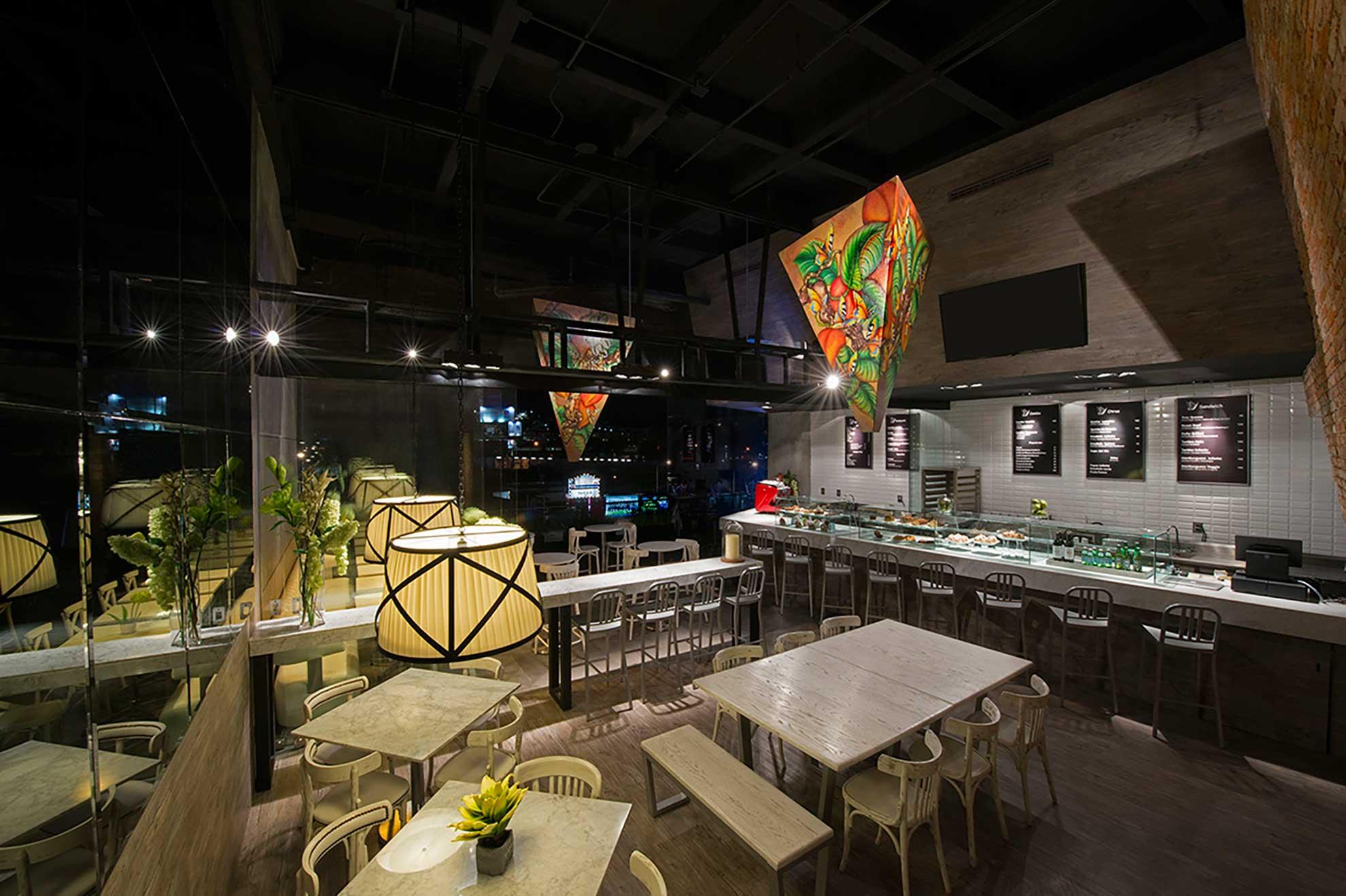 Vista alterna del restaurante Juliette Gourmet con muebles de diseño creados por Depa 102.