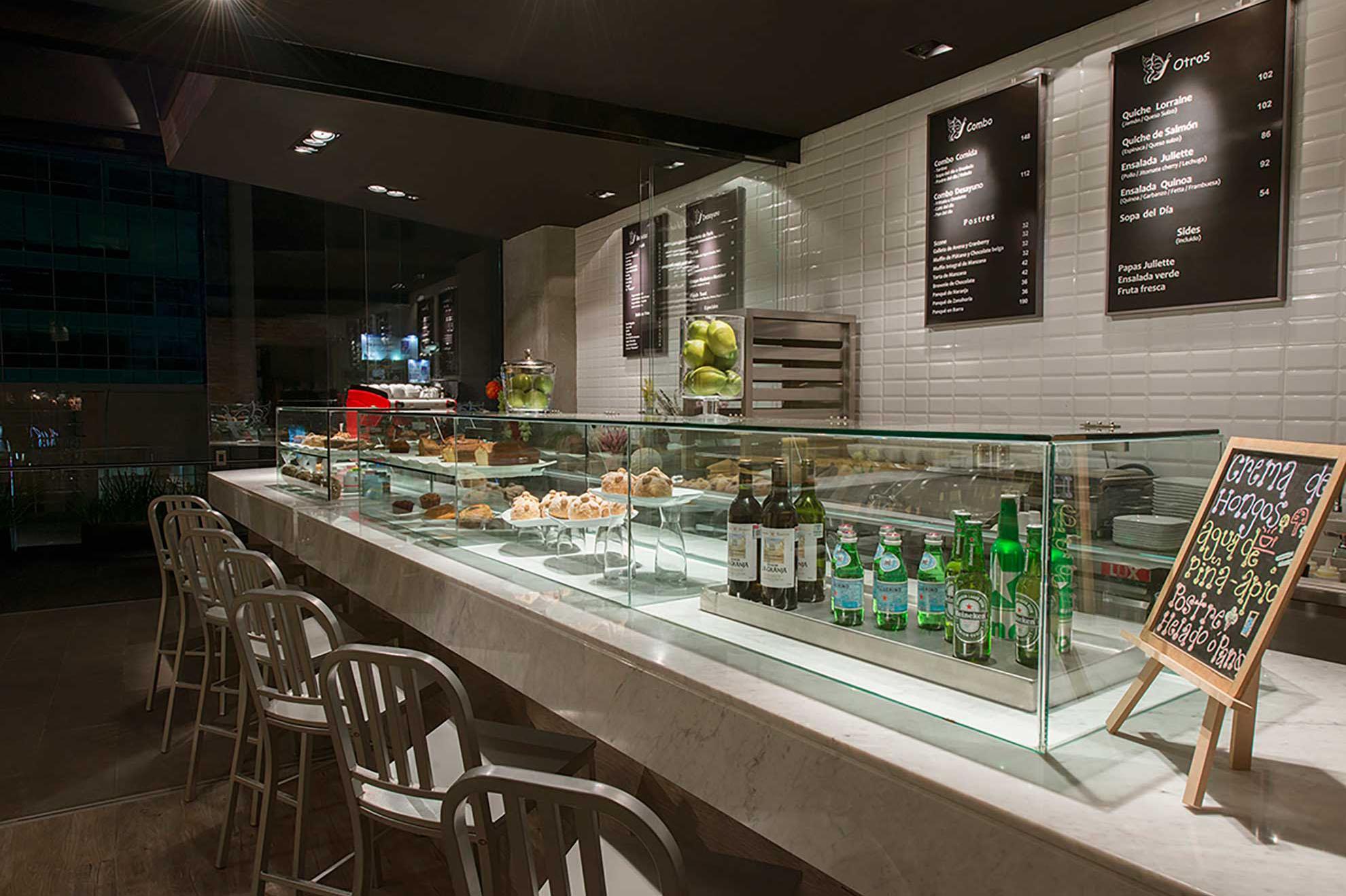 Barra de mármol para el restaurante Juliette Gourmet en Santa Fe, creada por el despacho de arquitectura de interiores Depa 102