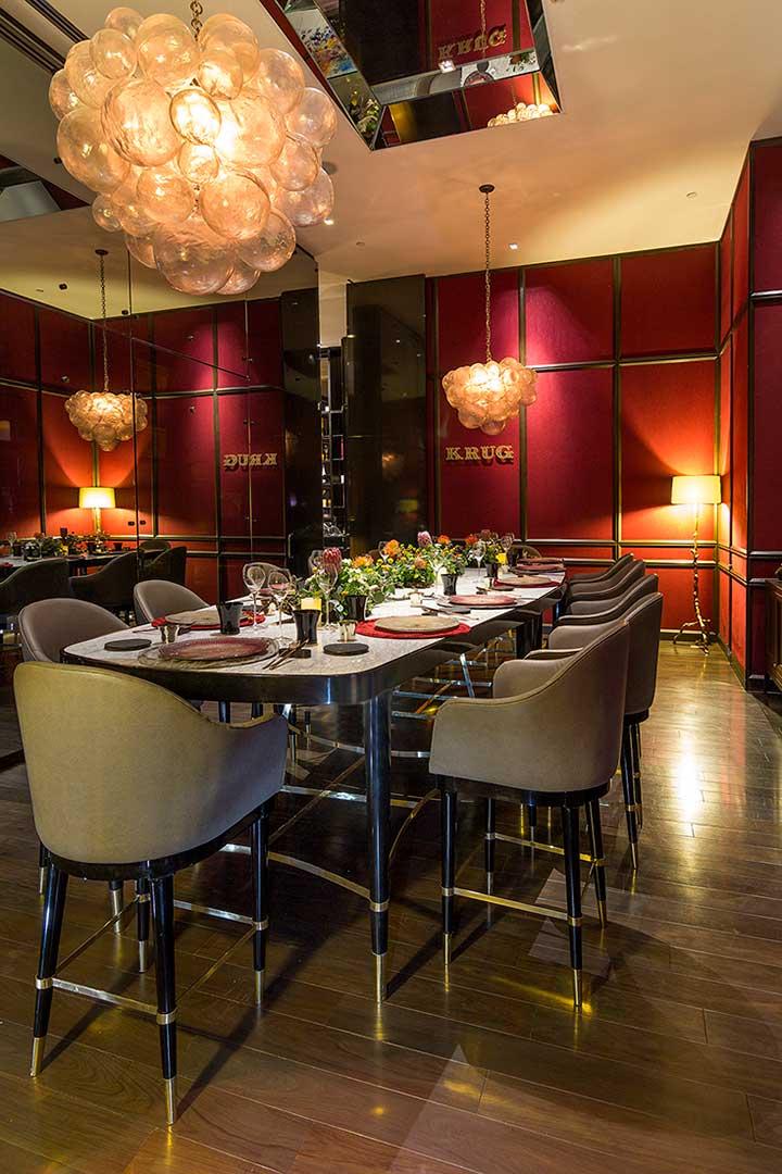 Mesa y periqueras creadas por Depa 102 para el restaurante La Tabe Krug en Hotel St. Regis