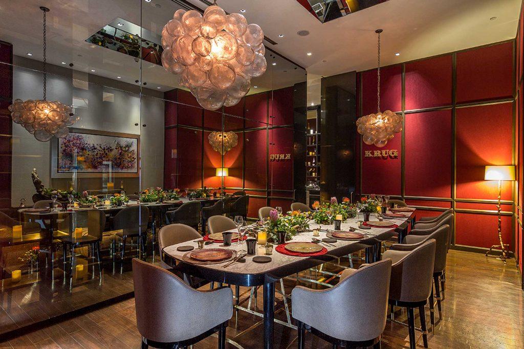 La Table Krug, salón privado para 12 comensales ubicado en Hotel St. Regis México. Un espacio privado y amueblado con creaciones de Depa 102, aquí encontramos una mesa tríptico hecha de mármol acompañada de 12 periqueras con tapicería de piel.