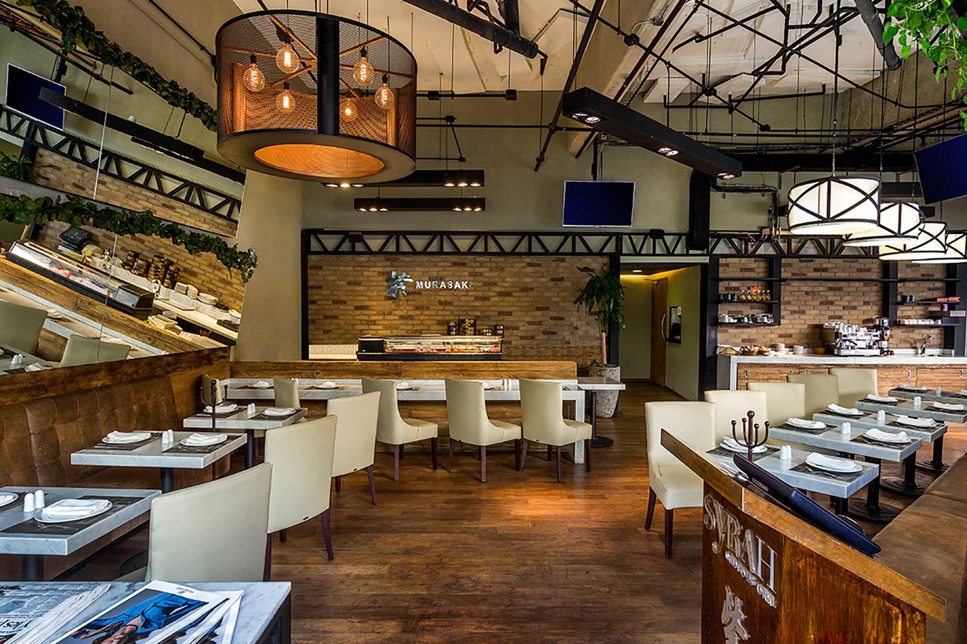 El restaurante cuenta con una doble altura y doble espejo que crea una sensación de apertura, sus colores en tierra y decoración sutil en plantas son el complemento que terminan de vestir el lugar creado por Depa 102
