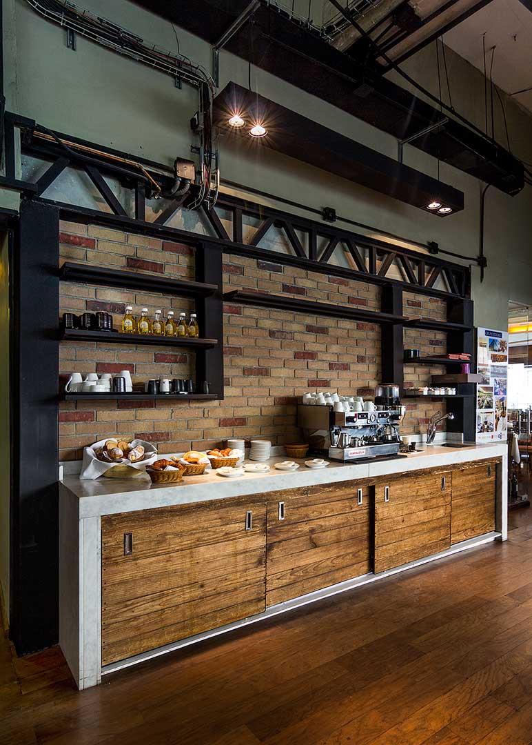 El restaurante-Syrah/Muraski tiene una barra de servicio de café para los comensales, esta fue creada por el despacho de arquitectura de interiores Depa 102