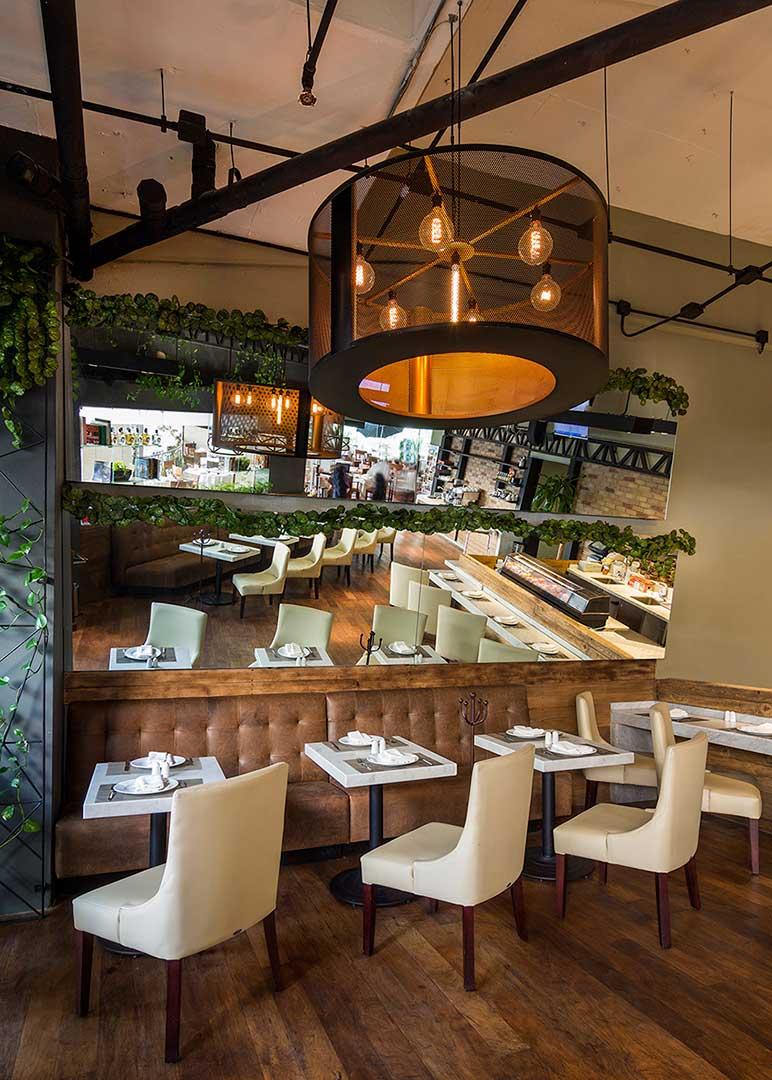 Decoración con tonos color tierra, su doble espejo y matices naturales, todo esto diseñado y creado por Depa 102, crean un espacio agradable y de buen gusto en uno de los mejores centros comerciales de Polanco.