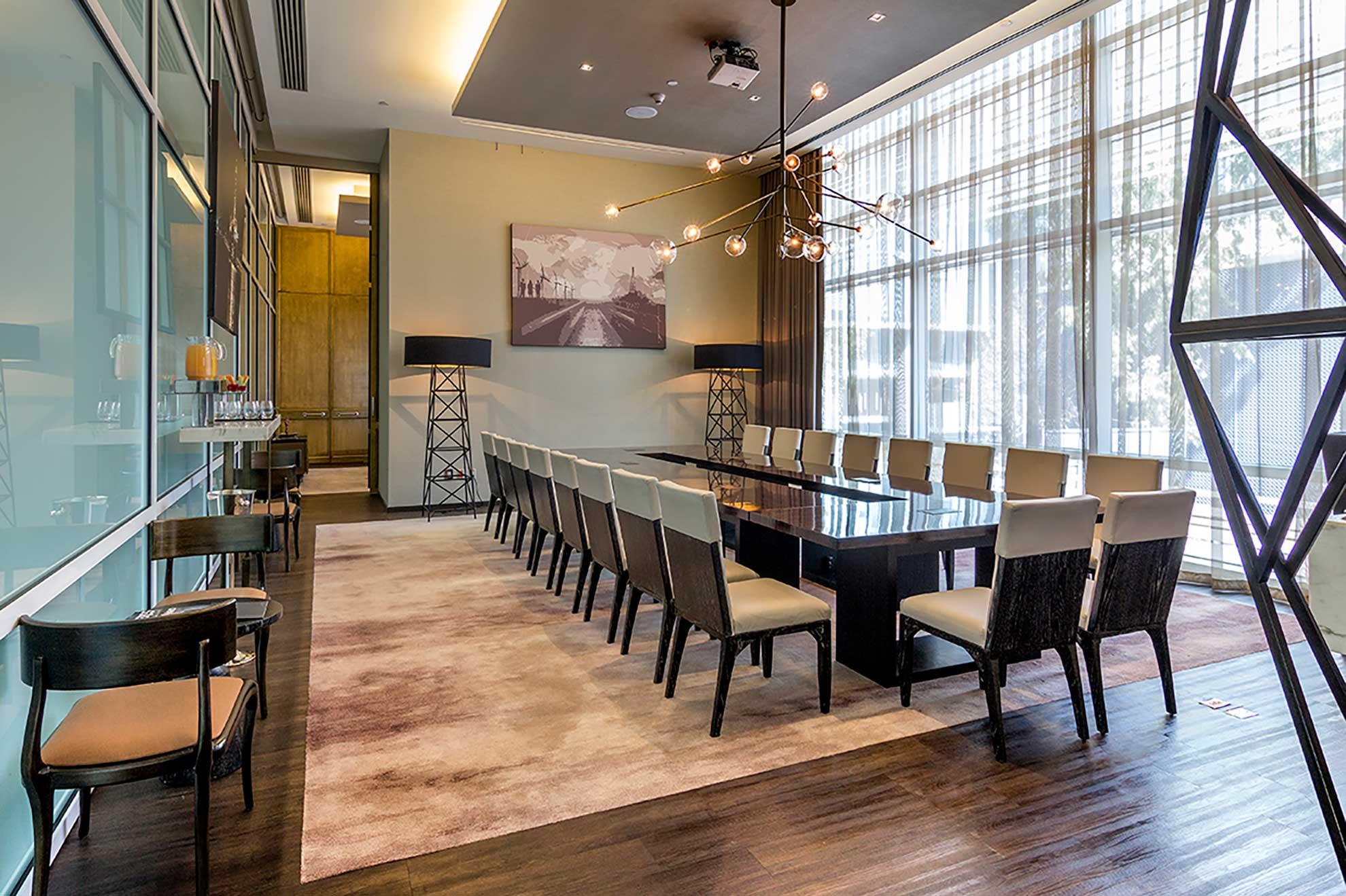 Sala de Juntas Club Potentia para Hotel St. Regis. Muebles de diseño y fabricados por Depa 102. Fabricados en madera de encino y acabados al alto brillo y piel cuero.