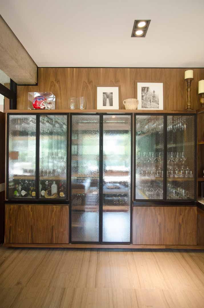 Vitrina hecha con madera nogal, espejo y vidrio anticado con malla de gallinero, proyecto Garden House por Depa 102