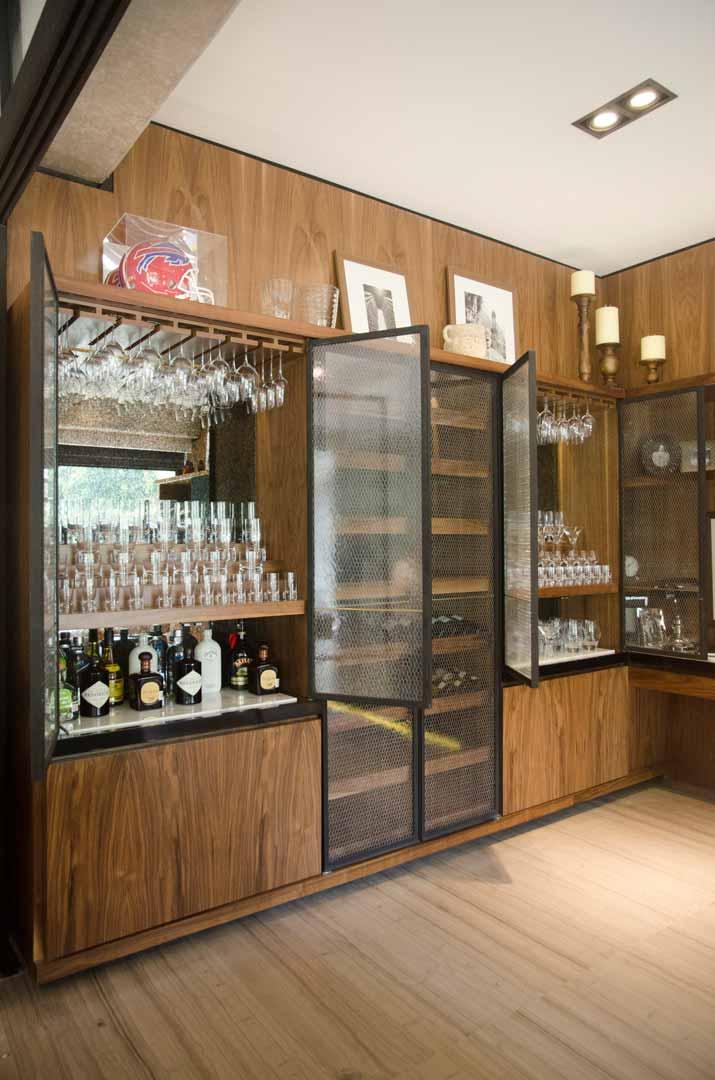 Vitrina hecha con madera nogal, espejo y vidrio anticado con malla de gallinero hecho por Depa 102