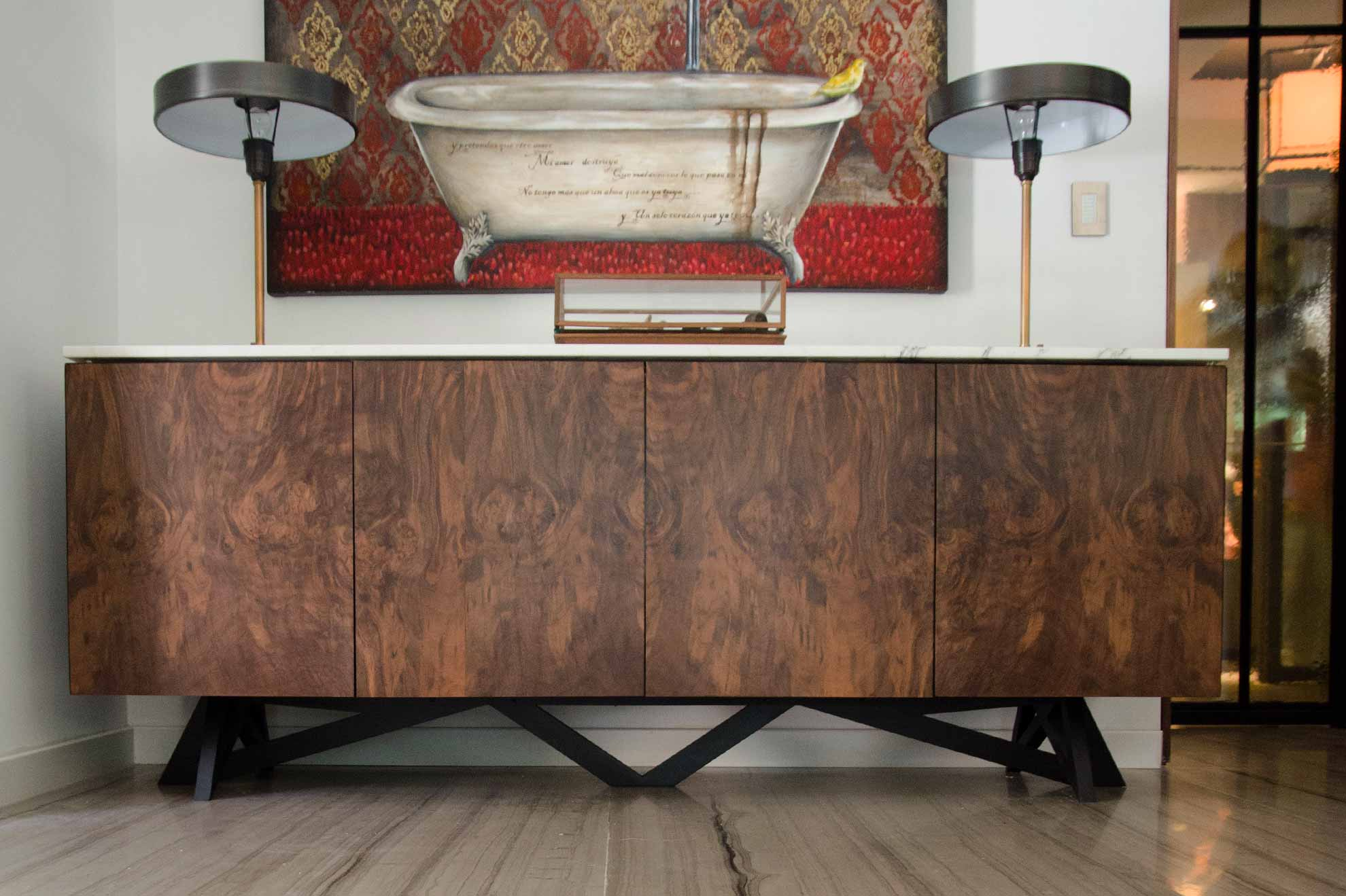 Credenza realizada con madera palo de rosa y barra de mármol irgon patas de acero cepillado e interior laqueado en alto brillo, realizado por Depa 102