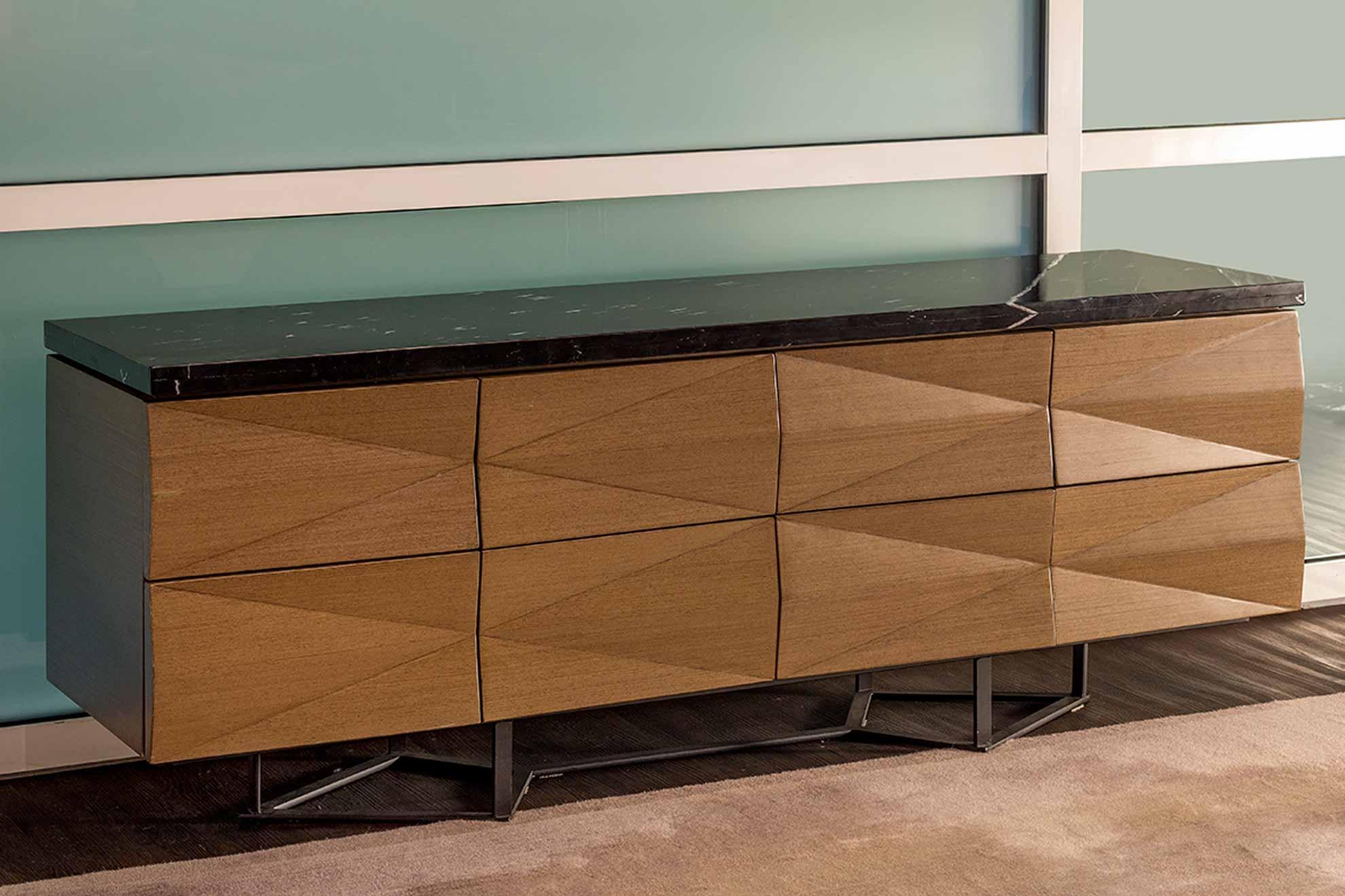 Credenza hecha con madera de nogal, detalle patrón geométrico, mármol y patas de acero cepillado, diseñado y creado por Depa 102