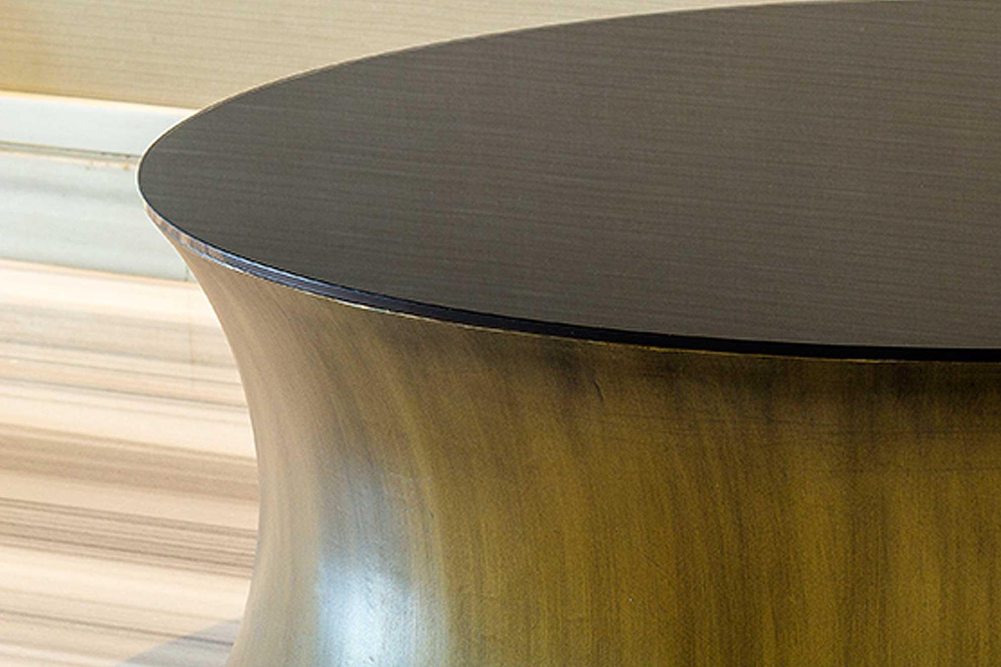 Mesa monolito de acero cepillado y vidrio pintado en negro, creada por el despacho arquitectónico Depa102