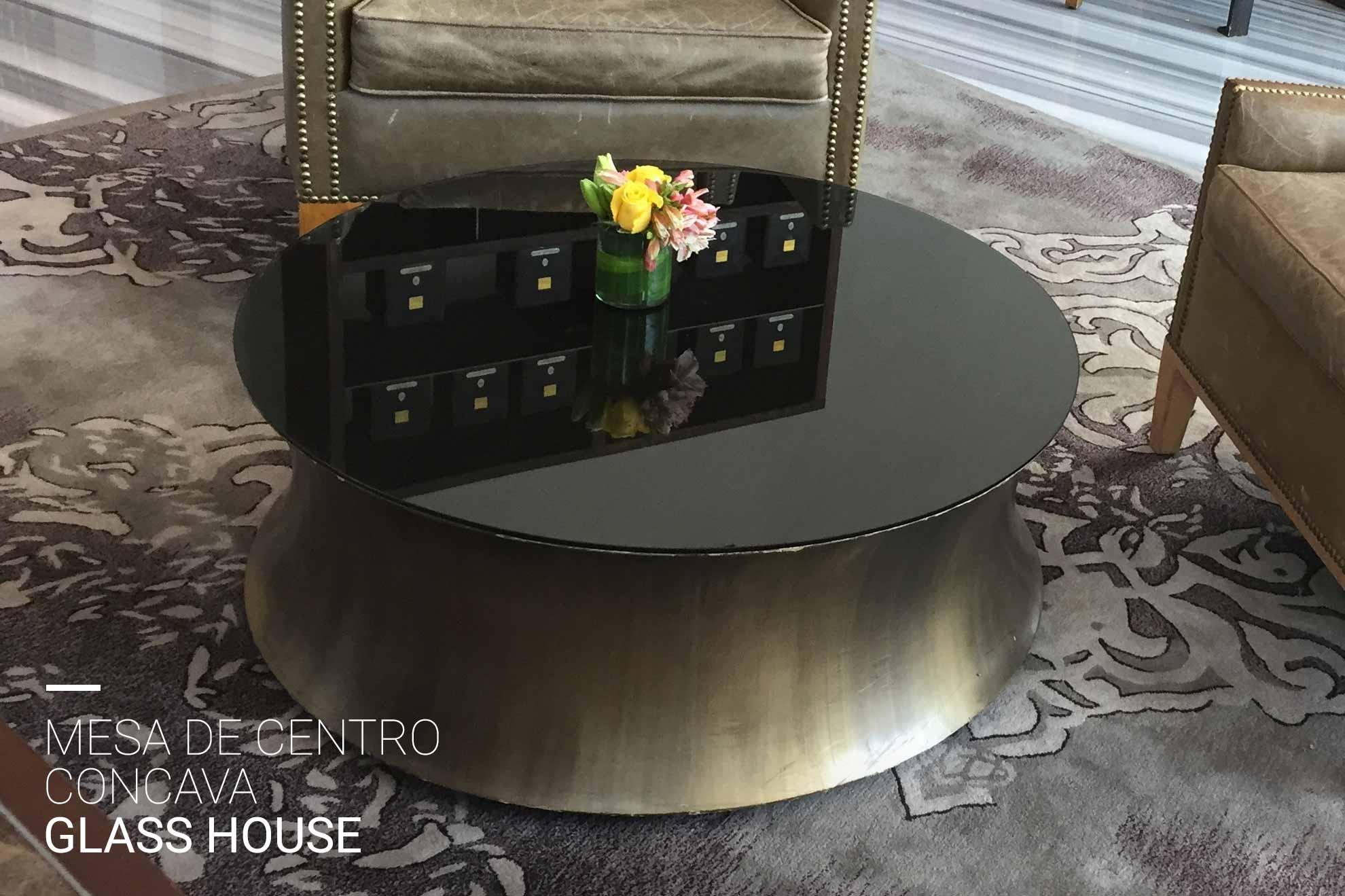 Mesa de centro cóncava de acero cepillado y vidrio pintado en negro y color latón avejentado