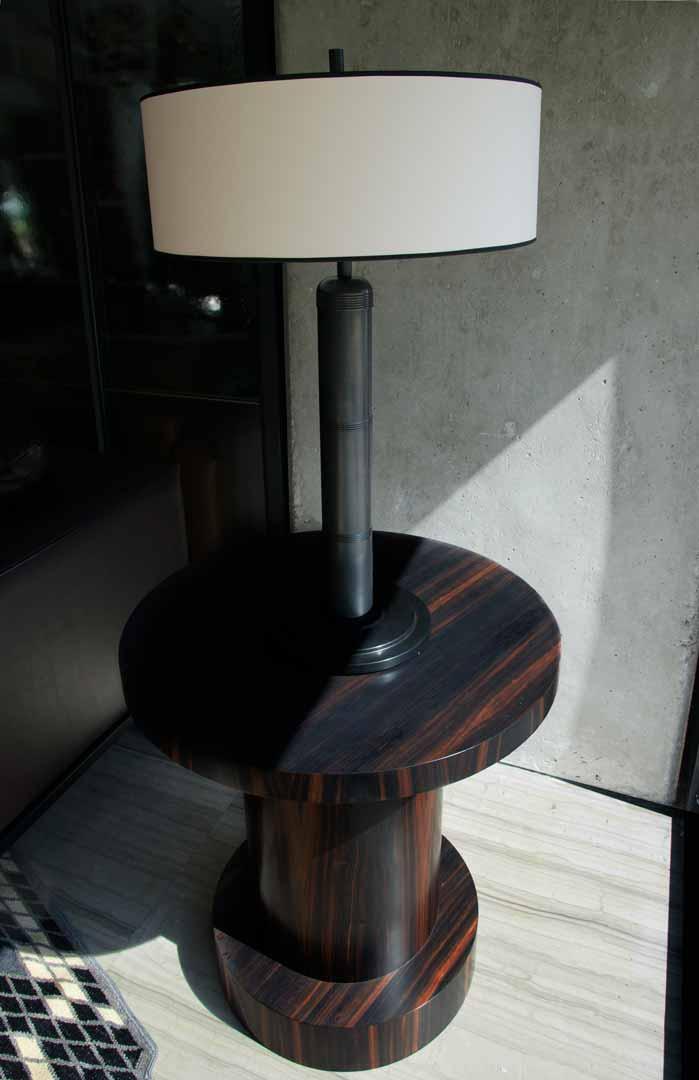 Mesa lateral hecha de ébano madagascar con veta roja color opaco creada por Depa 102