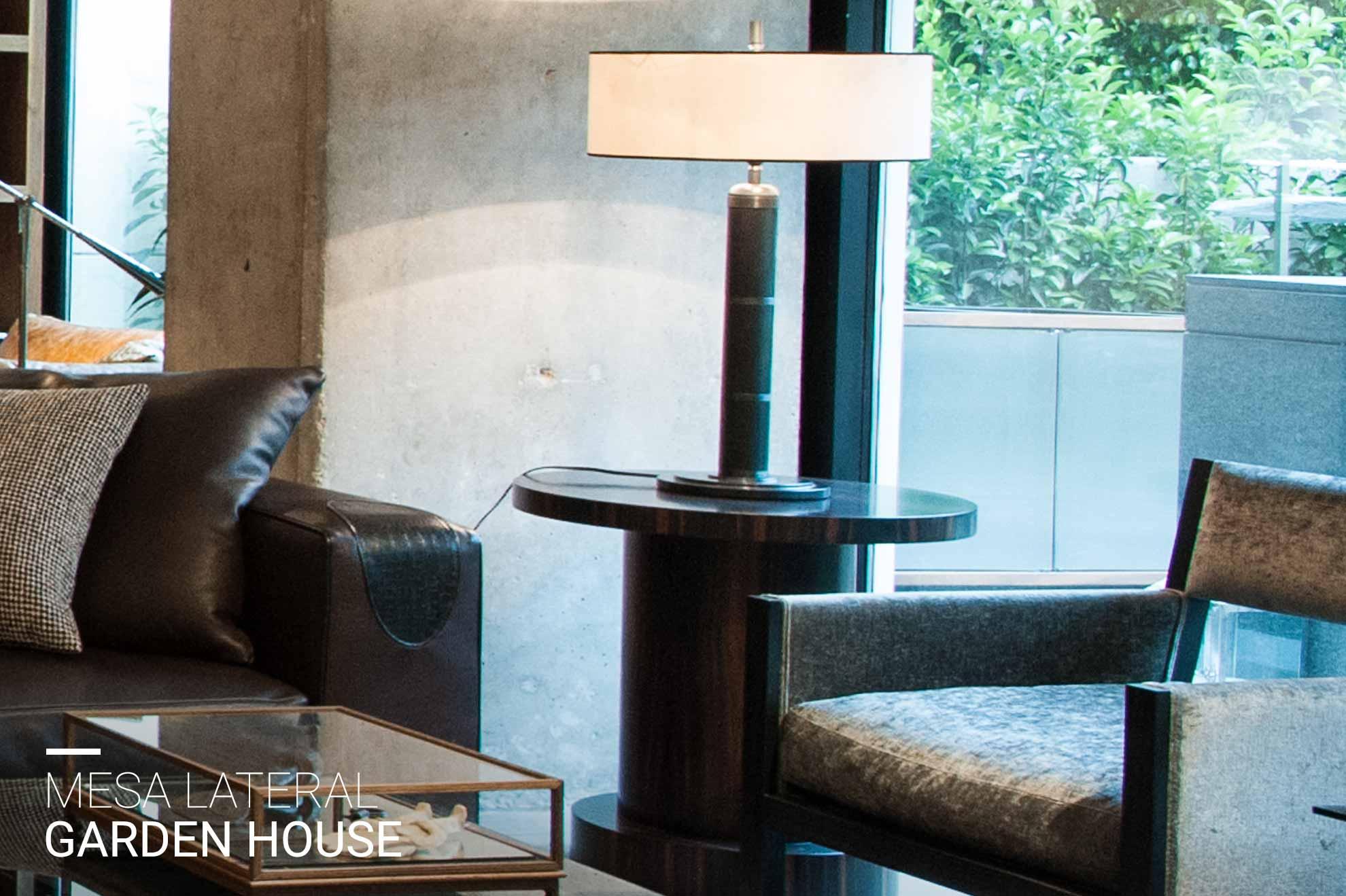 Mesa lateral hecha de ebano creada por Depa 102