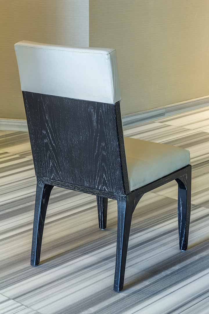 Silla de madero encino con poro abierto y toques de blanco creada por Depa 102