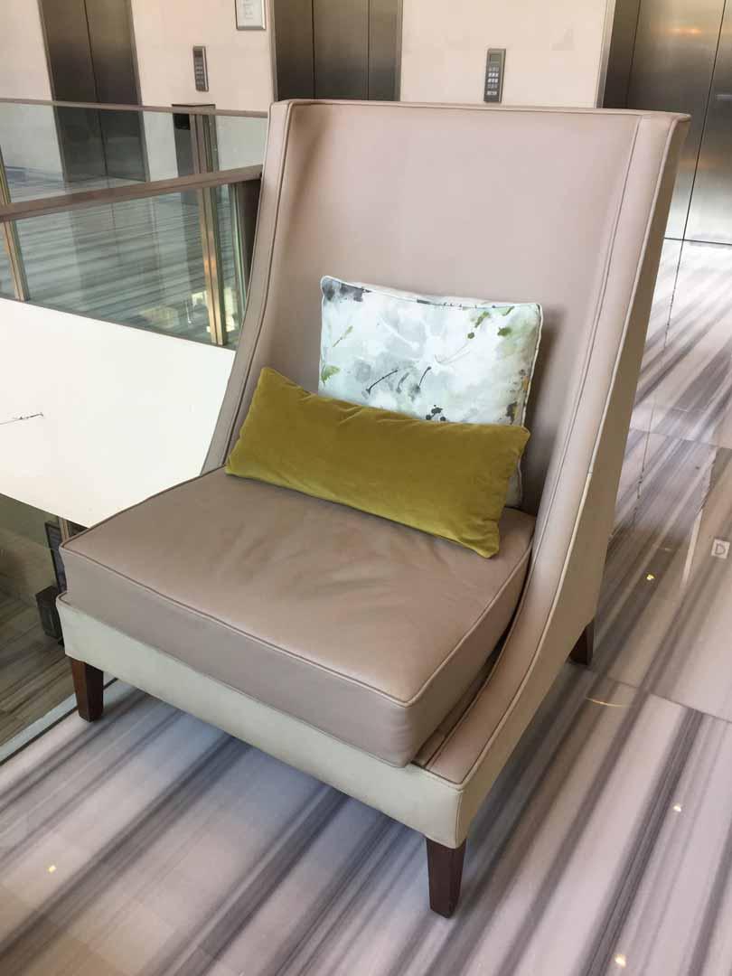 Poltrona color mocha con materiales de cuero y roble creada para uno de los espacios en el Hotel St. Regis diseñada por el despacho de arquitectura de interiores Depa 102 ,