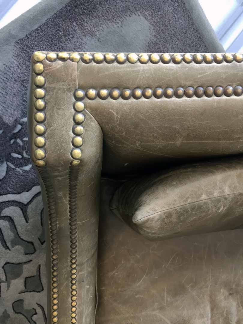 Este sillon forma parte de la decoracion del salon Glass House, creado por Depa 102 esta pieza esta elaborada con cuero verde olivo y entachuelado avejentado y patas de roble al natural